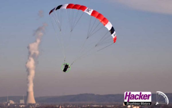 Para-RC Cloud 0.5 Color Red in flight